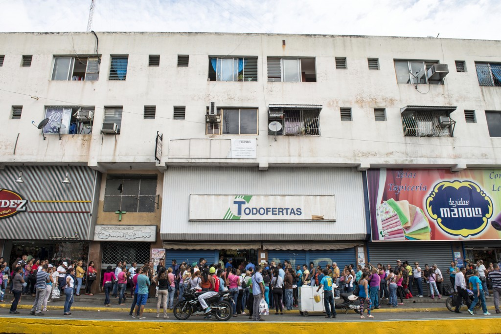 Filas de personas frente a los negocios de La victoria, estado Aragua. La Victoria. 16/12/15. © Gabriel Osorio